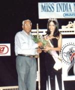 Mr. Raja Gopal of MAAZA, being honored by Bhavna Toor