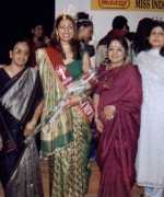 Subrina, flanked by Mr & Mrs L Rajagopal of MAAZA, Seema Andhare and the organizers Neelam & Dharmatma Saran