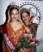 Meghna Nagarajan, being crowned by the outgoing queen Priya Arora