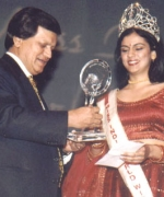 Plaque presentation, Ashok Trivedi presenting a plaque and prize money to the outgoing queen Ritu Upadhyay