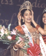 Crowning Sarika Sukhdeo, Ritu Upadhyay the outgoing Miss India Worldwide crowning Sarika Sukhdeo