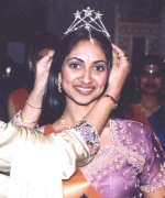 Neelam Saran, crowning Miss Beautiful Eyes Stacy Isaac (USA)