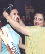 Anjana Trivedi, crowning Miss Beautiful Smile Hiral Shah of Kenya