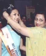 Anjana Trivedi, crowning Miss Beautiful Smile Hiral Shah of Kenya