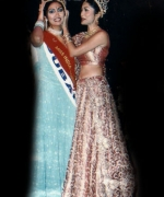 Santripti Vellody (UAE), being crowned by the outgoing queen Sarika Sukhdeo (South Africa)