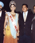 Organizer Satwinder Singh, Sanjay Singhania of Tanmay Jewelers, & Dharmatma Saran with the winner