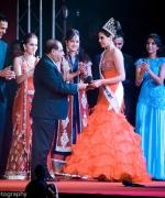 Plaque presentation, Dharmatma Saran presenting a plaque and check to Ankita Ghazan with SurIndia Glamour organizers